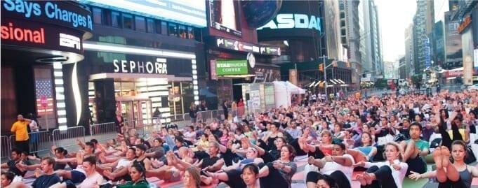 Lezioni di Yoga a Times Square per il solstizio d'estate
