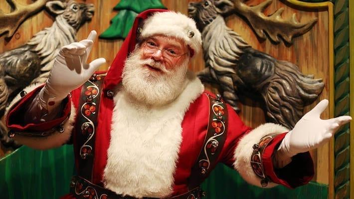 La riapertura di Macy's Santaland a New York il paese di Babbo Natale